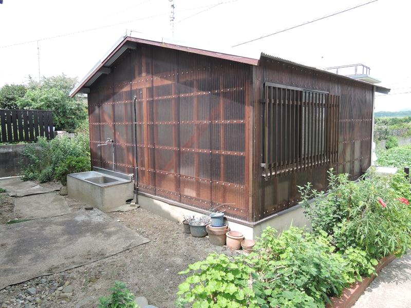小さな畑と倉庫のある平家